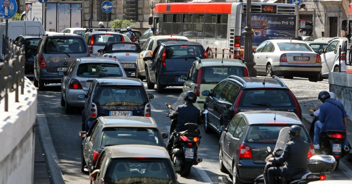 Italiani immersi nel traffico: trascorrono 2 ore al giorno in coda