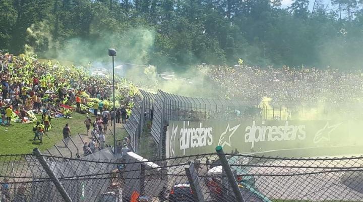 Il caloroso tifo per Valentino Rossi
