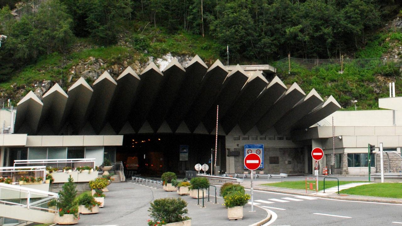 Fumo da bus, chiuso il traforo del Monte Bianco: 67 evacuati, ferita una bambina