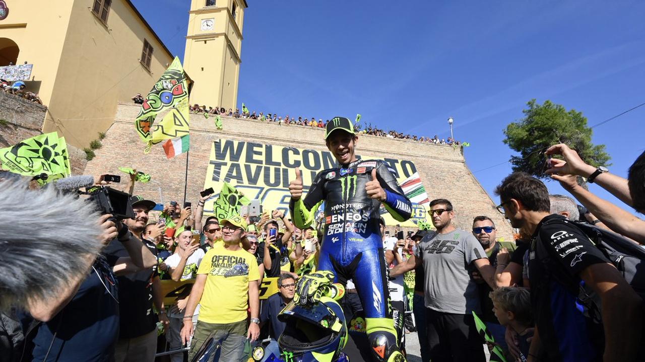 Valentino Rossi nell'abbraccio di Tavullia