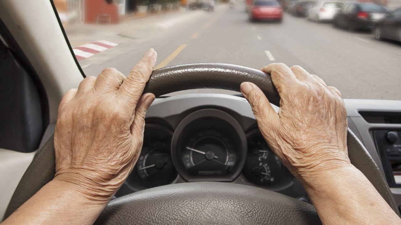 anziana alla guida