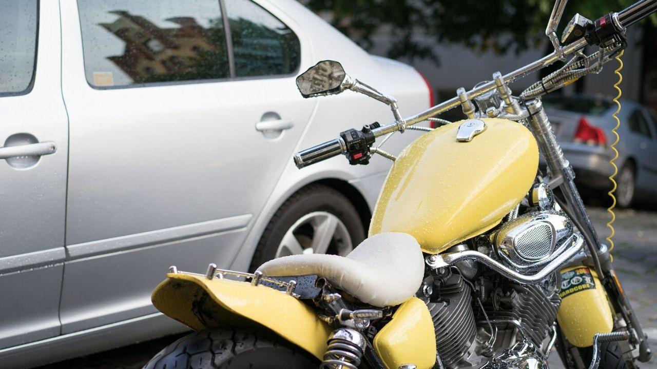 auto e moto parcheggiate