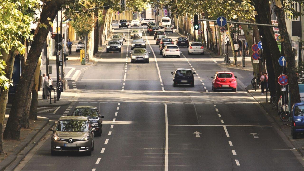 auto nel traffico - cala il prezzo della rc auto