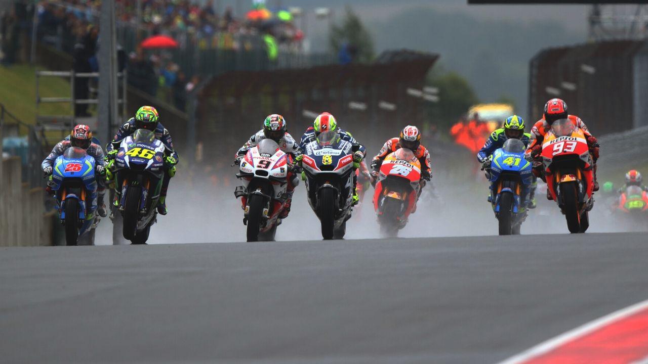 motogp partenza in pista foto dei piloti sulle moto sul circuito