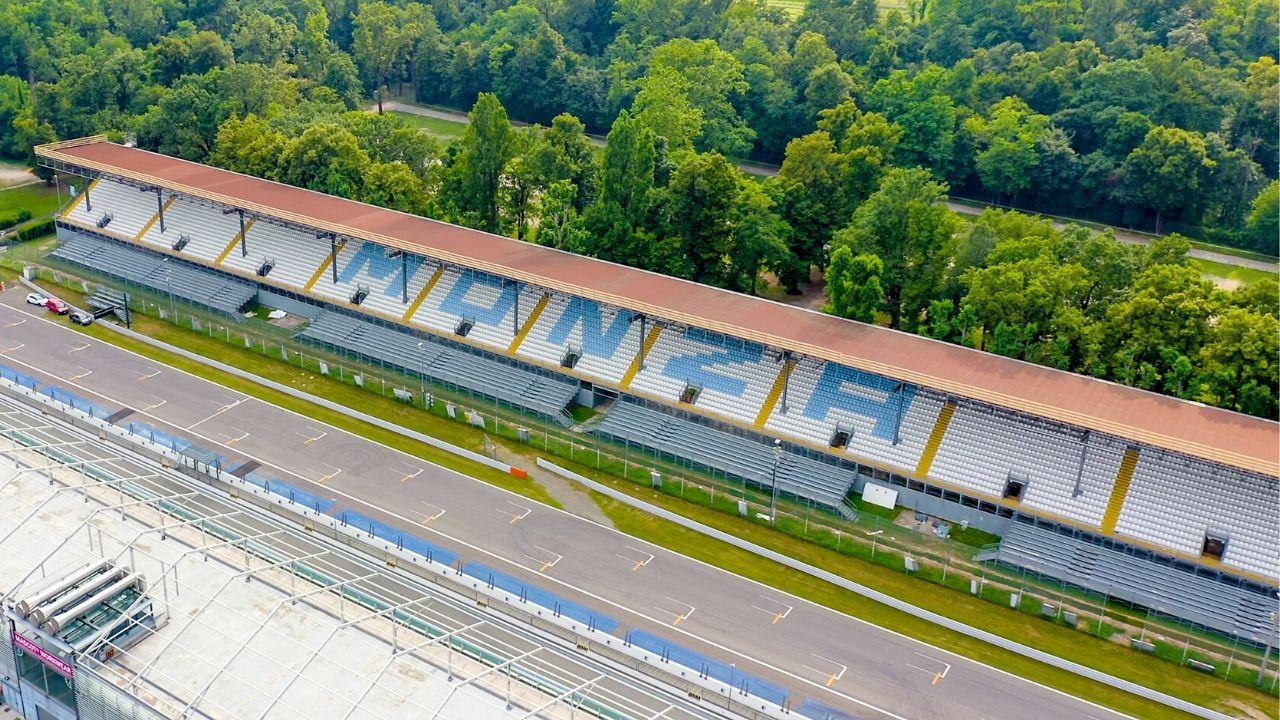 foto dall'alto degli spalti dell'autodromo di monza