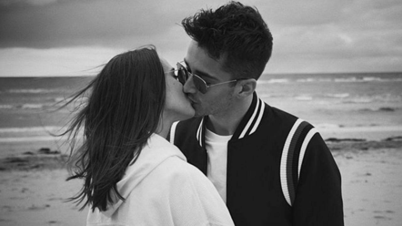 charlotte sine e charles leclerc mentre si baciano, foto in bianco e nero