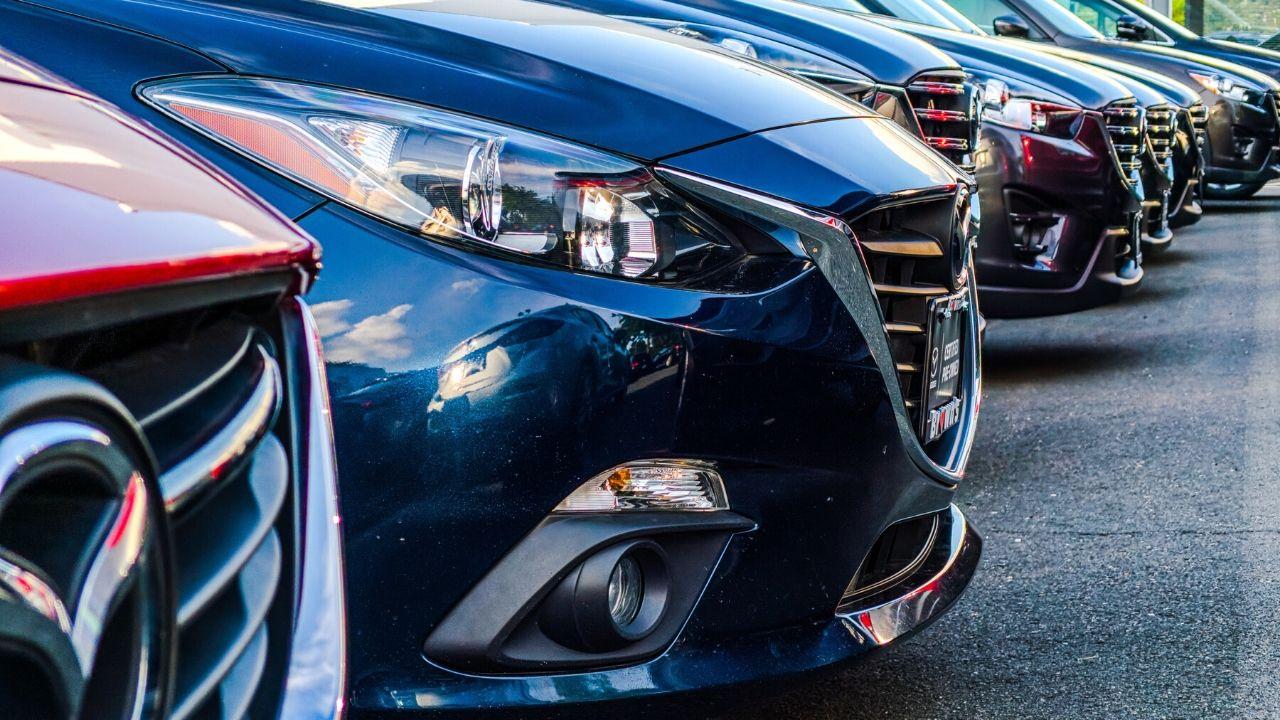 auto da noleggiare a lungo termine posteggiate in fila