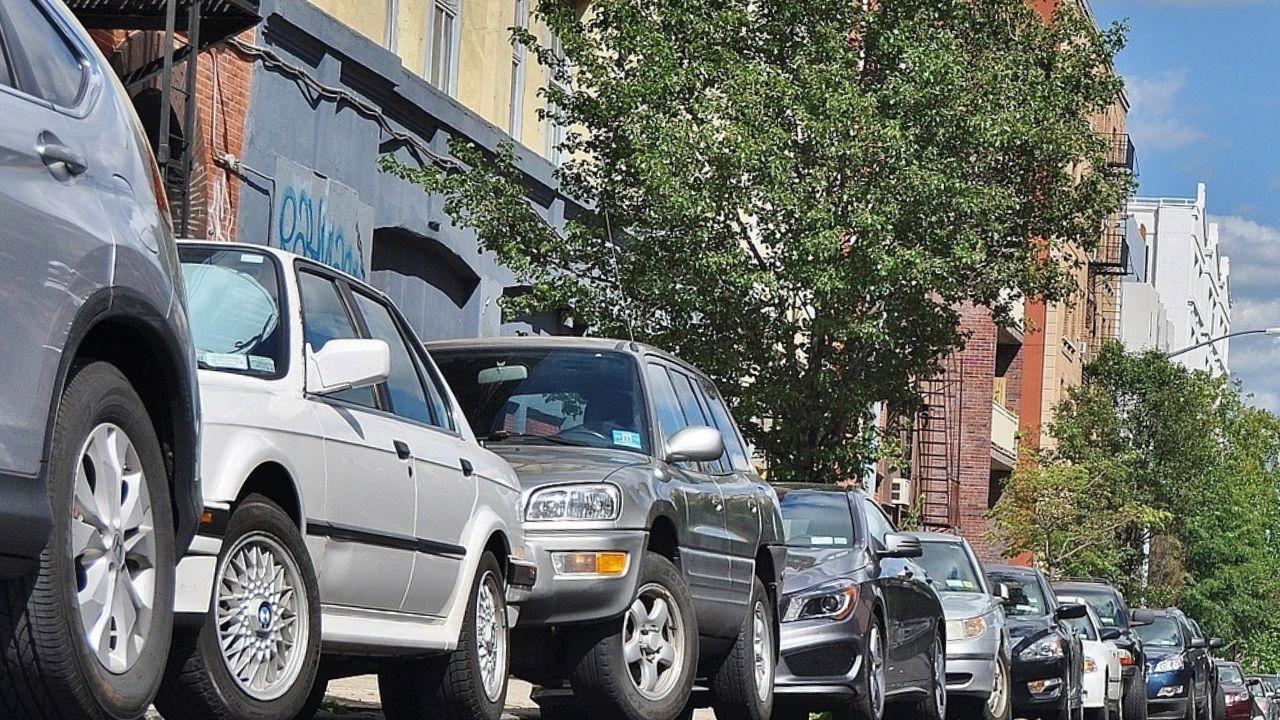 auto parcheggiate in colonna in città