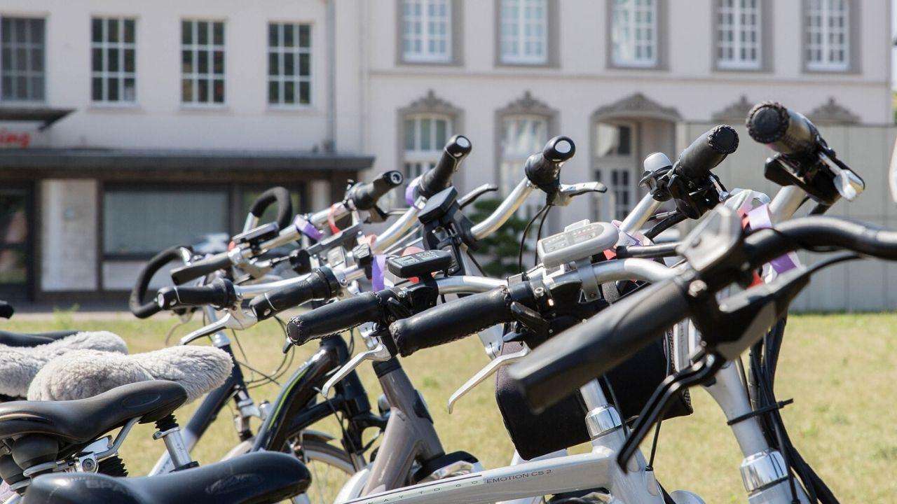 foto dei manubri di biciclette parcheggiate
