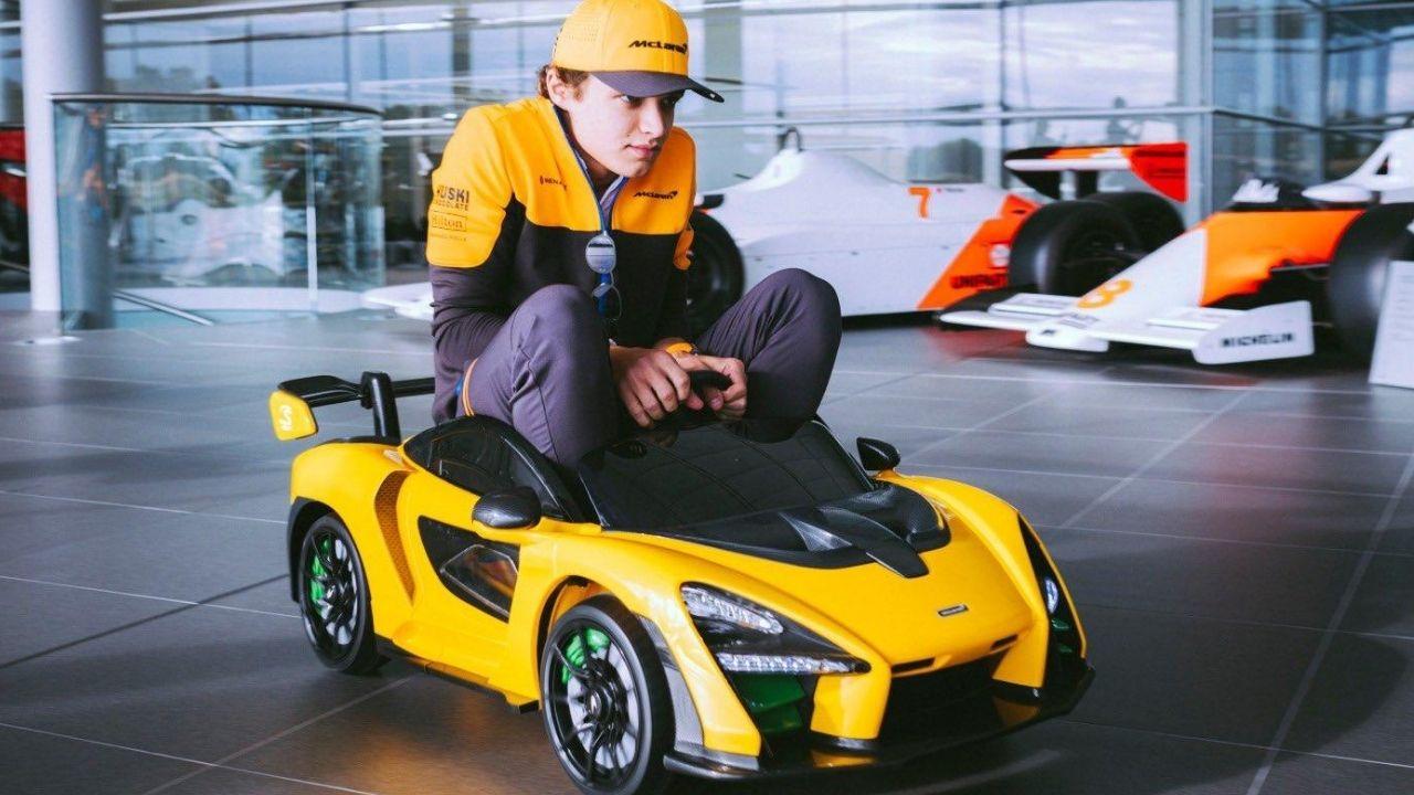 Lando Norris mentre guida una McLaren Senna Ride-On